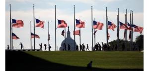 Drapeaux en berne à Washington en hommage aux 49 victimes de la tuerie d'Orlando, en Floride. Quarante-huit d'entre elles ont été identifiées. /Photo prise le 13 juin 2016/REUTERS/Kevin Lamarque